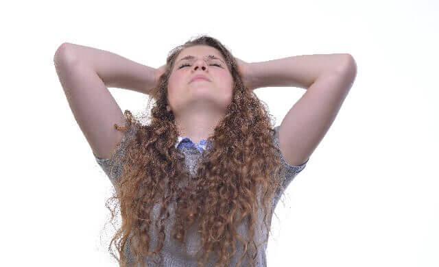 頭を抱える女の人の画像